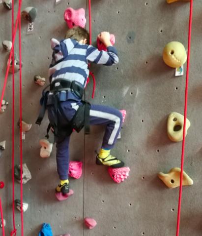Enfant utilisant des prises d'escalade