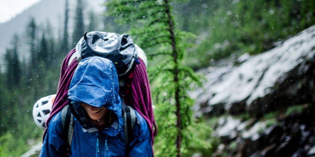 Femme randonnée pluie